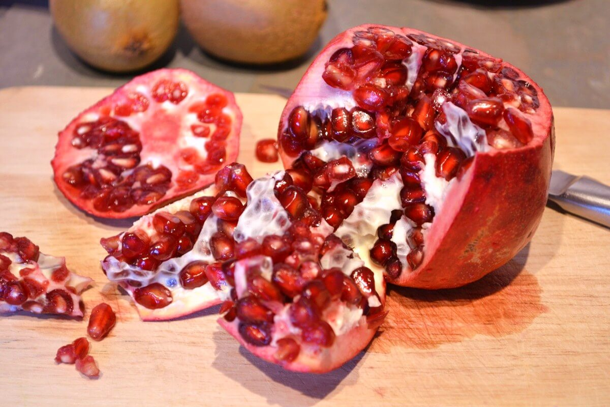 how to get the seeds out of a pomegranate (Green Thickies)