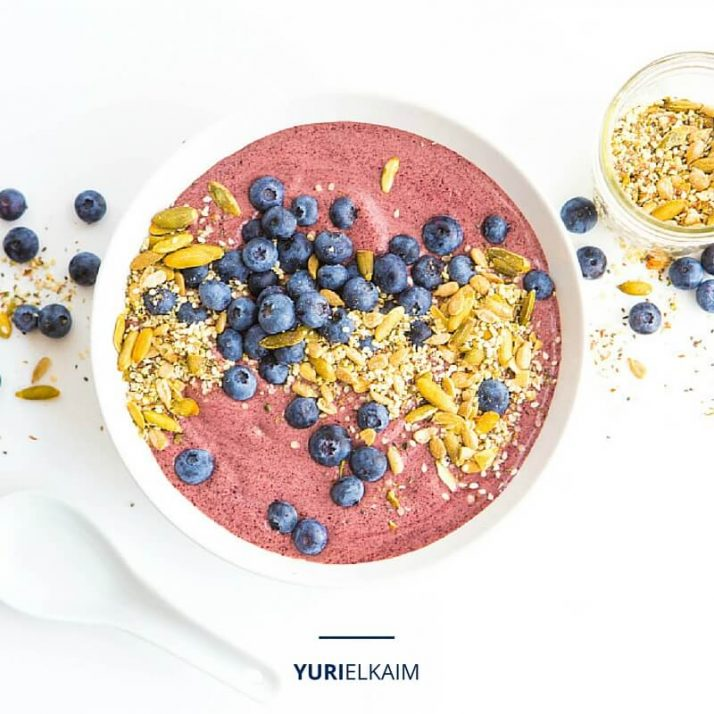 Green-Smoothie-Bowl-with-Blueberries-and-Acai