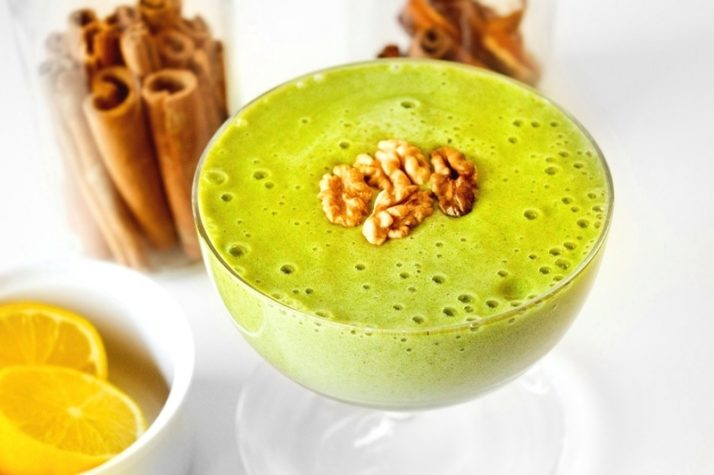 9 Weight Loss Drinks That Work Wonders Green thickie with cinnamon and walnuts topping