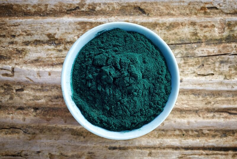 35 Best Smoothie Ingredients For Weight Loss (List & Recipes); bowl of spirulina algae powder
