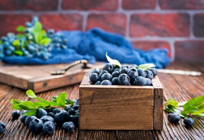 How To Make A Blue Smoothie 3 Ways: With & Without Spirulina ; Blueberries