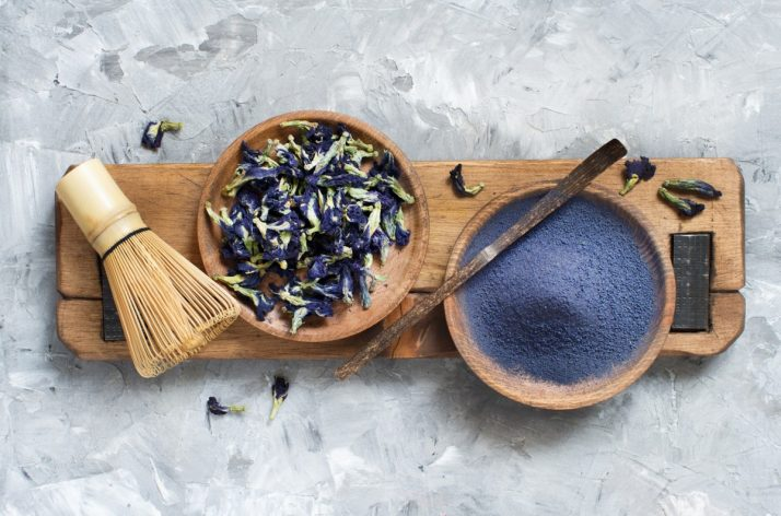 How To Make A Blue Smoothie 3 Ways: With & Without Spirulina ; Butterfly pea blue matcha powder word with wrisk and dried flowers